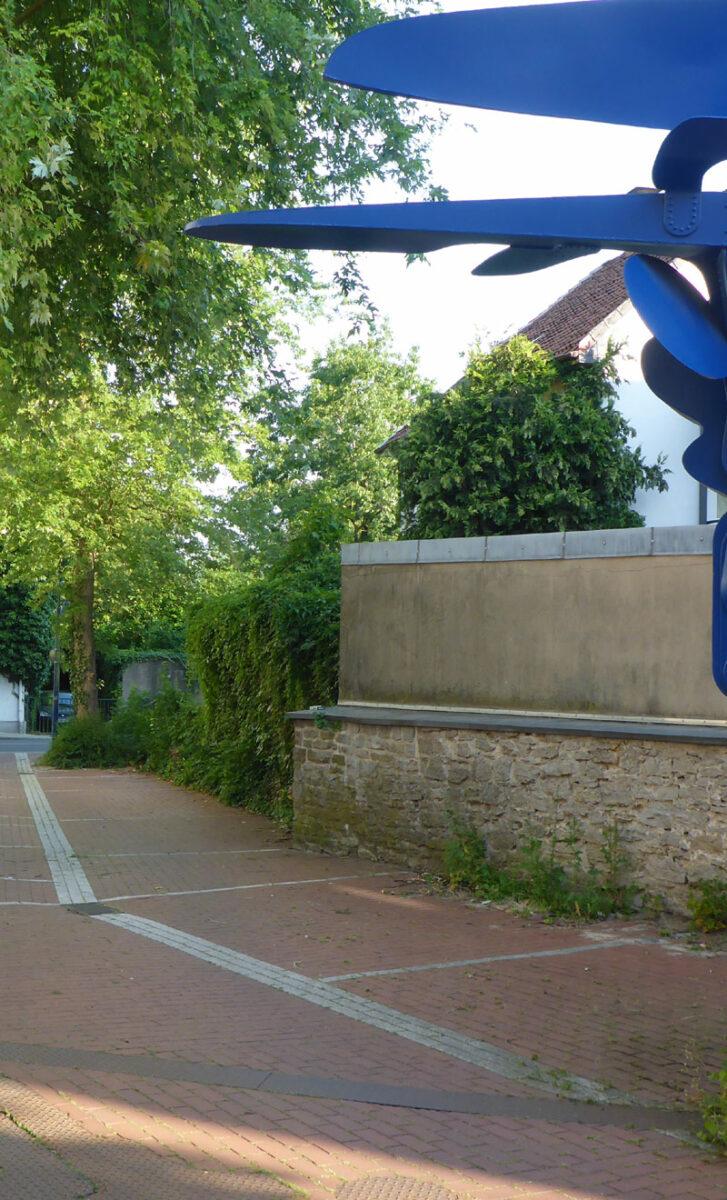 Skulptur 'Geldbaum' hinter der Sparkassenfiliale in Lage