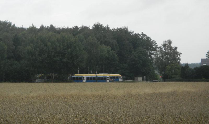 Regionalzug quert die Ohrser Straße