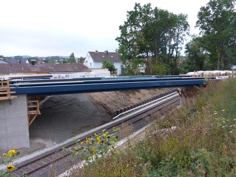 Montierte neue Eisenbahnbrücke in Lage Schötmarsche Straße / Brückenweg