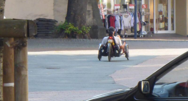 Liegeradfahrer auf dem Marktplatz in Lage
