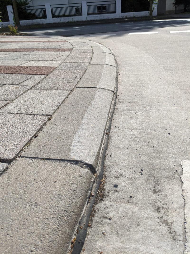Abgefräste Bordsteinkanten am Radweg am Busbahnhof in Lage