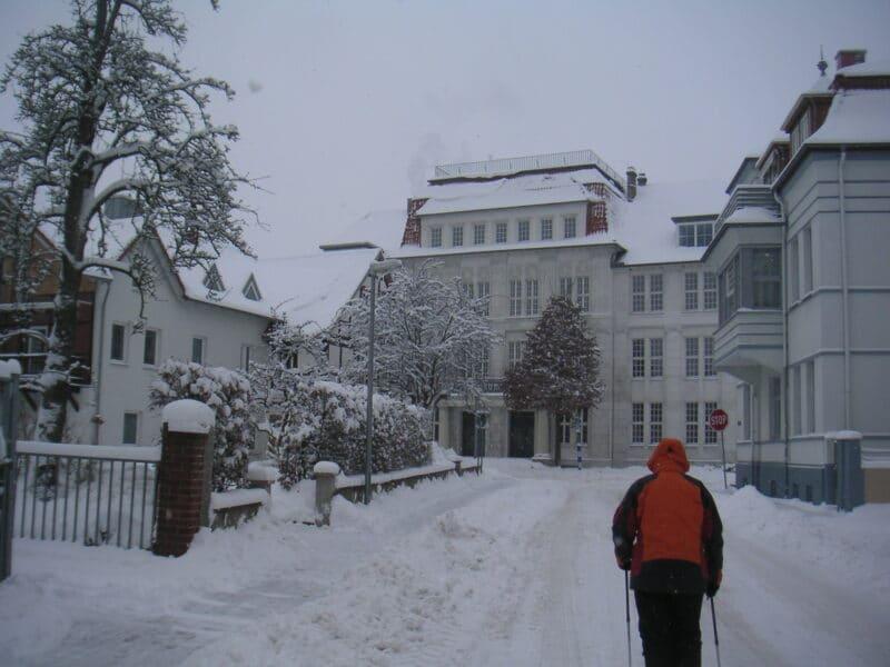 Von-Cölln-Straße im Schnee, Blick auf das Technikum - 19.12.2010