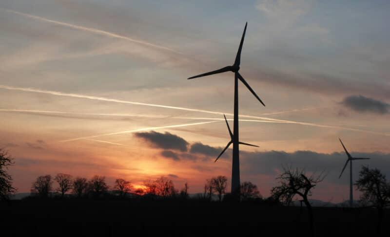 Windräder vor dem Sonnenuntergang