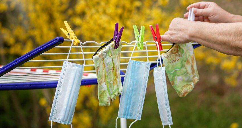 Schutzmasken auf einem Wäscheständer