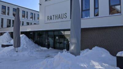 Rathauseingang in Lage im Winter