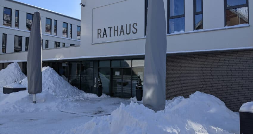 Rathauseingang in Lage im Winter