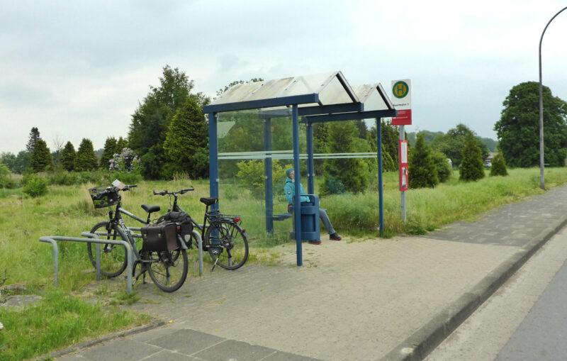 Bushaltestelle Beermann mit Wartehäuschen und Fahrradständern