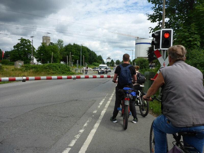 Unfertiger Fuß- Radweg am Bahnübergang Heidensche Straße