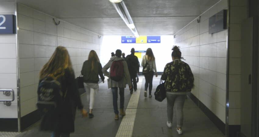 Schüler*innen steigen im Bahnhof Lage ein oder um