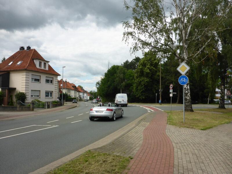 Hier mündet die Bruchstrasse in die Stauffenbergstr., hier wäre eine Querungshilfe hilfreich