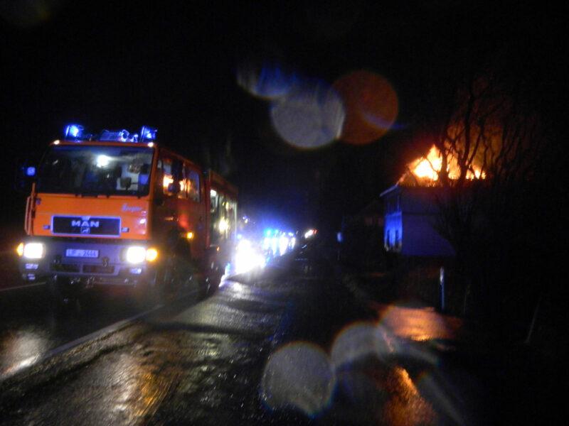 Feuerwehr Lage im Einsatz bei einem brennenden Haus