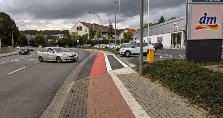 Kennzeichung vom Rad- und Fussweg am Lidl-DM-Parkplatz